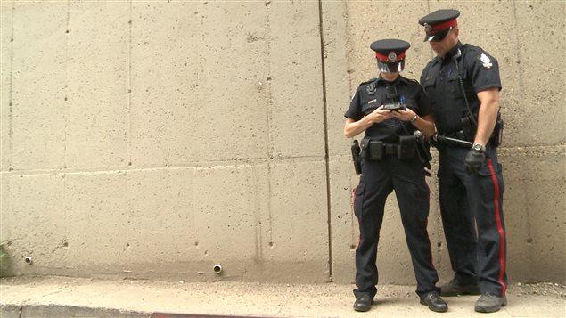 Des policiers canadiens examine une vidéo dans l'ouest du pays.