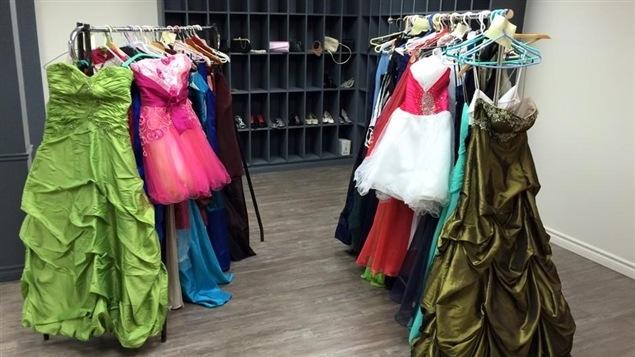 Des robes de bal prêtées par le Projet Fées Marraines aux finissantes issues de milieux défavorisés