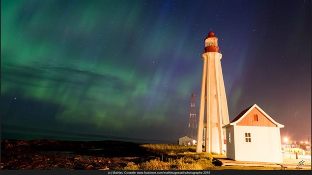 Le phare de Pointe-au-Père devant les aurores boréales