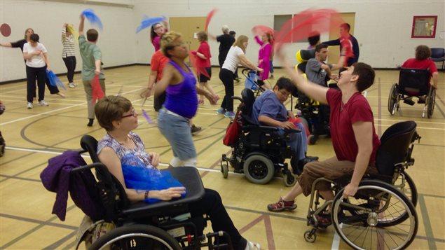 Varias personas participando al curso de baile de Solidance.