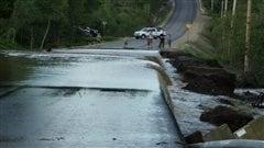 La force de l'eau a causé des dommages aux infrastructures.