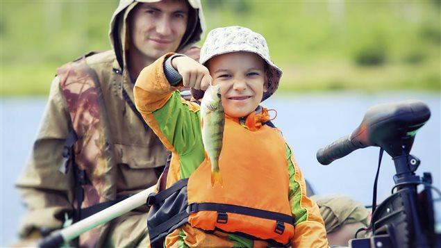 Un enfant pêche un poisson