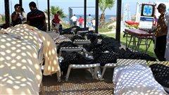 Les corps des victimes ont été transportés sur des chaises de plage et ont été rassemblés dans un même endroit.