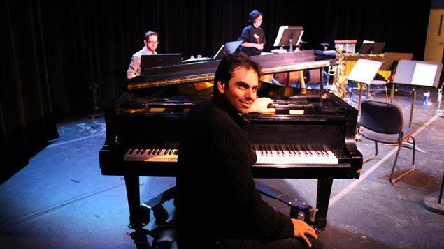 El compositor y orquestador Javier Asencio llegó con una maleta llena de sueños a las tierras canadienses. Hoy, está musicalizando películas y obras de teatro -entre otras- destacandose y convirtiendose en un buen referente.