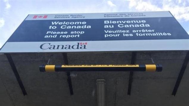 مركز للوكالة الكندية للخدمات الحدودية على الحدود بين كندا والولايات المتحدة
