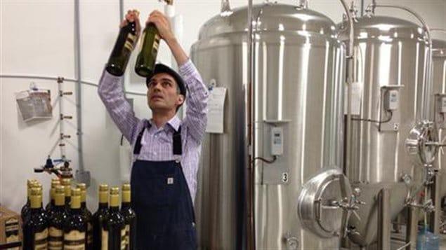 Avec l'adoption du projet de loi 88, les producteurs d'alcool artisanal du Québec pourront dorénavant vendre leurs produits directement dans les épiceries et dépanneurs sans plus avoir à passer obligatoirement par la Société des alcools du Québec