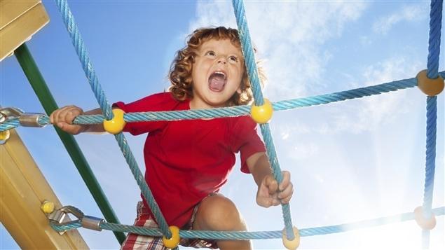 Un enfant joue dans un parc.