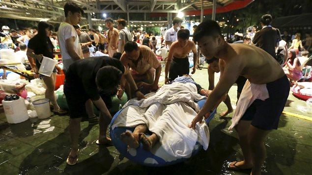 Des personnes prennent soin d'un blessé à Taipei.