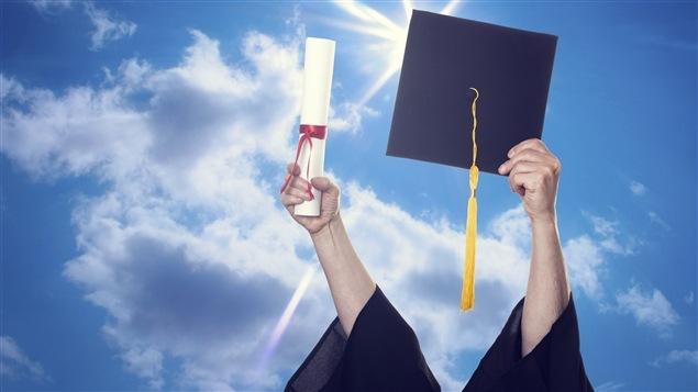 Un étudiant fier qui tient son diplôme universitaire.
