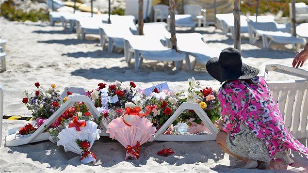 Au lendemain de l'attentat, des personnes sont venues déposer des fleurs sur la plage de l'hôtel Imperial Marhaba, à Sousse en Tunisie, où 38 personnes ont été tuées et des dizaines d'autres, blessées.