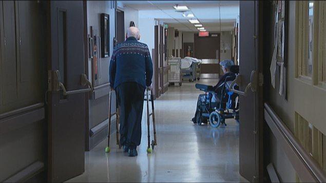 Un aîné dans un centre de soin au Nouveau-Brunswick.