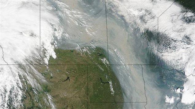 La NASA a publié sur Twitter une photo satellite de la fumée émanant des feux de forêt de l'Alberta et de la Saskatchewan.