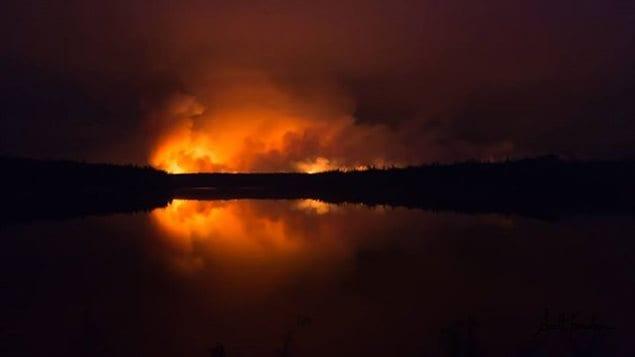 Un feu de forêt près de Waden Bay et Sucker River