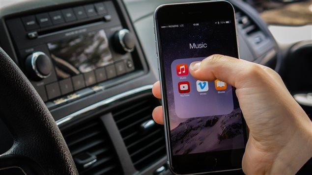 L'utilisation d'un téléphone cellulaire au volant au Manitoba est passible d'une amende de 200 $ et de cinq points d'inaptitude à compter du 1er juillet.