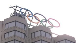 Les anneaux olympiques sur le toit de la Maison olympique canadienne