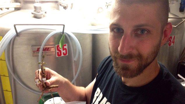 Mathieu Garceau-Tremblay, cofondateur de Montréal Houblonnière, avec un rhizome de houblon