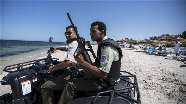 Des policiers patrouillent sur une plage à Sousse, en Tunisie, le 1er juillet.