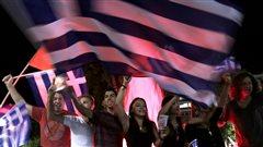 Des Grecs célèbrent la victoire du non au référendum sur le plan d'aide des créanciers.
