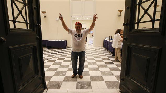 Un homme à la sortie des bureaux de vote en Grèce le 5 juillet 2015