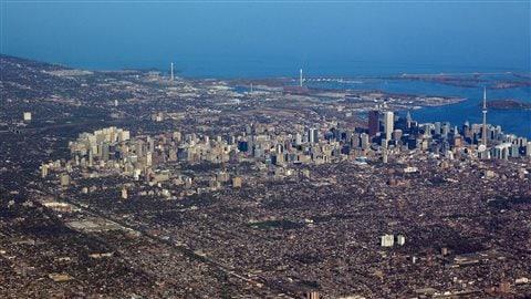 Ville de Toronto avec en arrière-plan le lac Ontario.