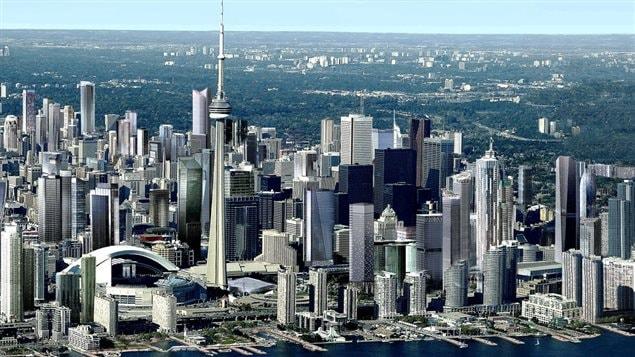 Toronto, la plus grande ville du Canada, se situe dans le sud-est de notre pays et c'est la cinquième ville la plus peuplée en Amérique du Nord avec une aire métropolitaine qui compte plus de 6 millions et demi d'habitants. C'est une des plus importantes places financières dans le monde qui vient au septième rang au monde sur le plan de la capitalisation boursière.