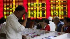Des investisseurs chinois consultent les données boursières à Shanghai, le 8 juillet.