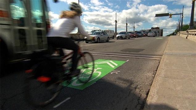 Une cycliste à Ottawa
