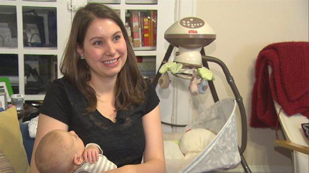 Rhea Westover vient de récupérer 550 $ d'actions qu'elle détenait dans une compagnie de jouets en faillite. L'argent sera bien utile dit-elle pour « un million de vêtements et des couches » pour son fils Owen. (CBC)