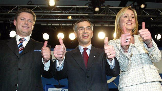 Les candidats à la direction du Parti conservateur, Stephen Harper, Tony Clement et Belinda Stronach, saluent leurs partisans après le dernier débat de la campagne, à Montréal, le 7 mars 2004.