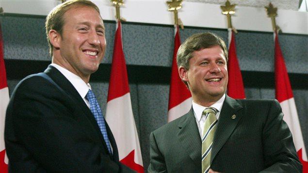 Les chefs du Parti progressiste conservateur, Peter MacKay, et de l'Alliance canadienne, Stephen Harper, se serrent la main après une conférence de presse au cours de laquelle ils ont annoncé la fusion de leurs deux partis, à Ottawa, le 16 octobre 2003.