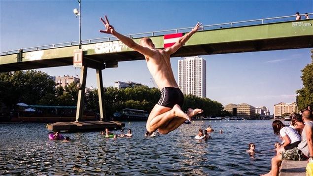 Des Parisiens se baignent dans le canal de l'Ourcq à l'occasion d'une journée de baignade urbaine.
