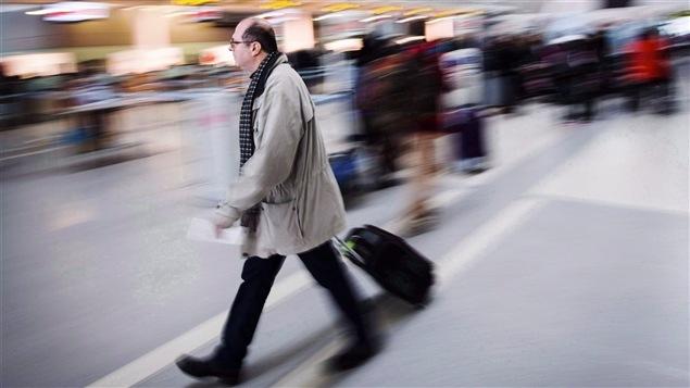 Un voyageur à l'aéroport