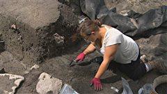 Une archéologue au poste de traite de Chicoutimi.