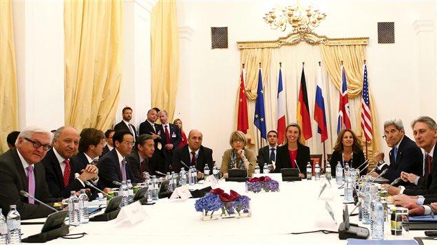 Participantes en las negociaciones nucleares iraníes reunidos en Viena.