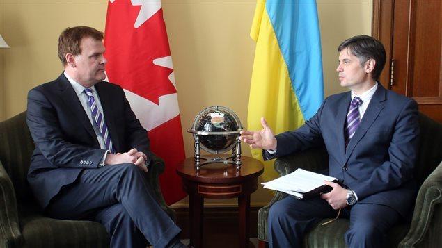 En avril 2014, le ministre des Affaires étrangère d'alors, John Baird rencontrait l'ambassadeur ukrainien au Canada, Vadym Prystaiko. © PC/FRED CHARTRAND