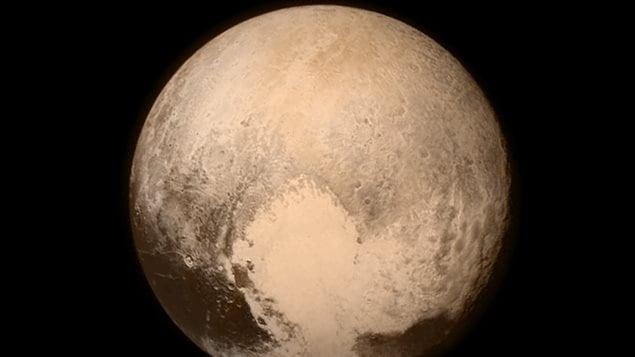La dernière image de Pluton à nous parvenir avant le plus près passage, alors que la sonde New Horizons était à 768 000 kilomètres de la planète.