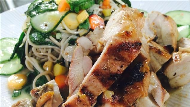 Hauts de cuisse de poulet grillés, salade de nouilles froides aux herbes