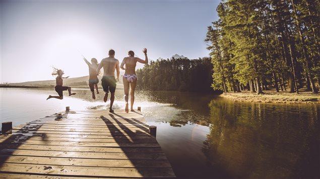 Le Canada se classe au troisième rang des pays développés à garantir le moins de temps de vacances à ses citoyens. Il n'y a que le Japon et les États-Unis qui sont moins généreux que le Canada.