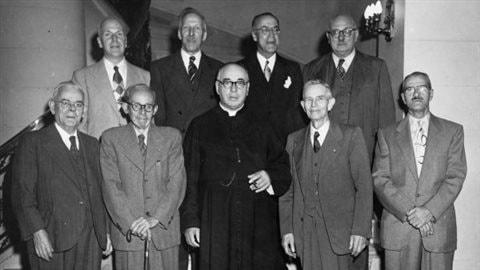Neuf fondateurs de l'Ordre de Jacques-Cartier réunis lors du 25e anniversaire de l'Ordre. Ottawa, 28 septembre 1952 / Centre de recherche en civilisation canadienne-française