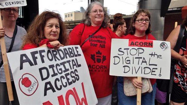 Manifestation devant les bureaux du CRTC à Toronto pour demander qu'Internet soit plus abordable. ACORNCanada