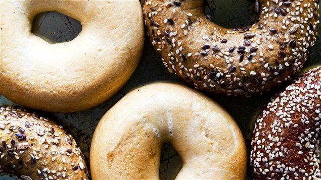 Le bagel est un aliment à l'histoire riche et complexe