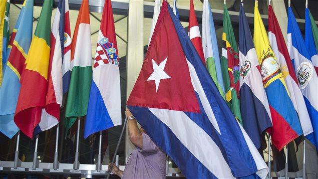 Le drapeau cubain a été installé dans l'entrée du département d'État américain dès 4 h lundi, entre la Chypre et la Croatie.