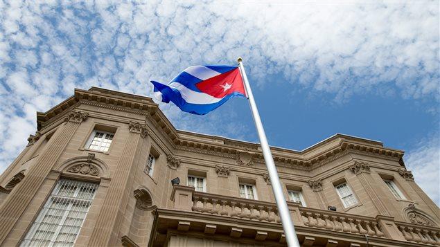 Bandera cubana delante de la Embajada de Cuba en Washington.