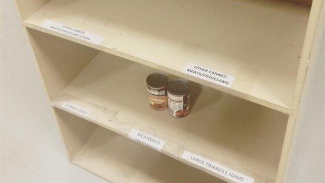 Une étagère vide à la banque alimentaire de Fort McMurray