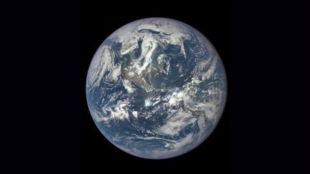 La première photo de la Terre éclairée par le Soleil depuis 1972.