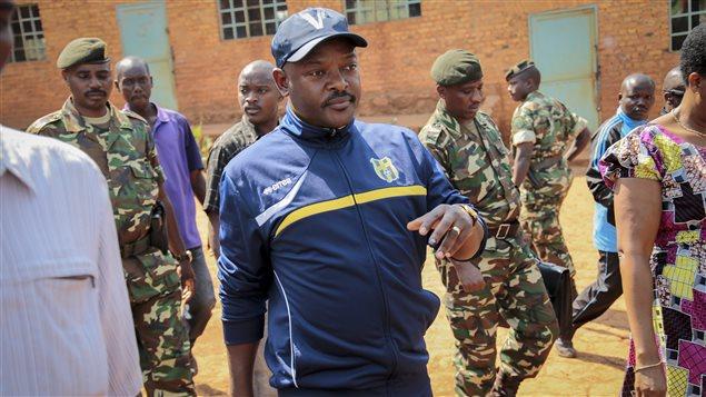 Le président Pierre Nkurunziza marche vers un bureau de vote pour l'élection présidentielle du 21 juillet.