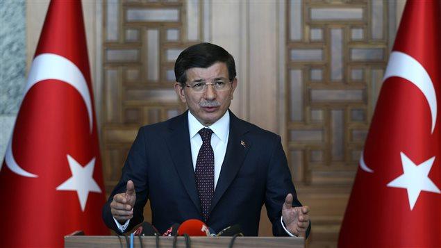 Le premier ministre turc Ahmet Davutoglu lors d'une conférence de presse vendredi à Ankara où il réaffirmait le désir de la Turquie de continuer les opérations contre l'EI et le PKK.