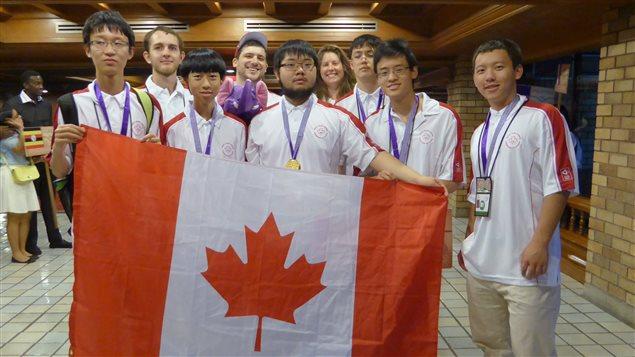 Alex Song (au centre) a remporté l'Olympiade internationale de mathématique 2015.