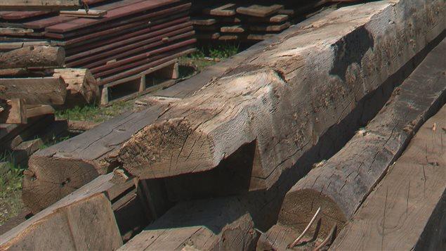 Bois de grange recherch pour d cors urbains branch s for Meuble avec bois de grange