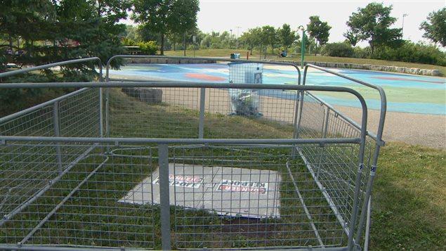 Gar on br l au 2e degr en s amusant dans des jeux d eau for Brulure et piscine